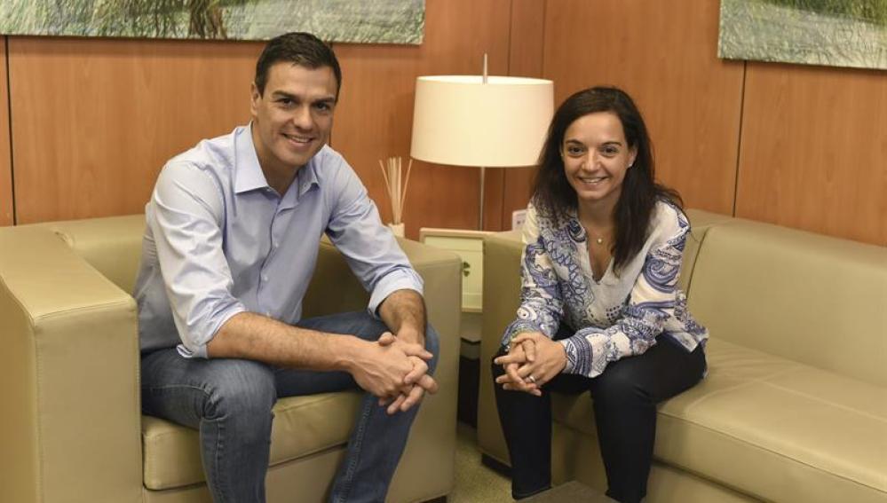 El líder del PSOE, Pedro Sánchez, durante la reunión con la nueva responsable del PSM, Sara Hernández