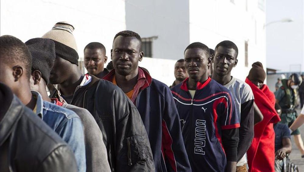 Localizan al noroeste de Alborán una patera ocupada por 45 inmigrantes