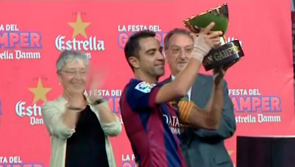 Xavi recoge el trofeo Joan Gamper