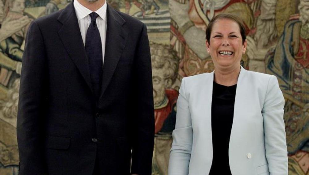 El Rey Felipe VI posa con Uxue Barkos en el Palacio de la Zarzuela