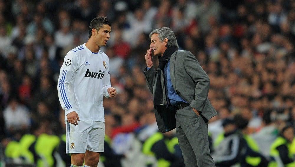 Mourinho charla con Cristiano durante un encuentro