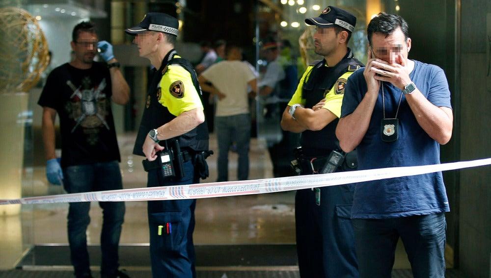 Agentes de policía en el Hotel Silken situado en la Rambla de Barcelona