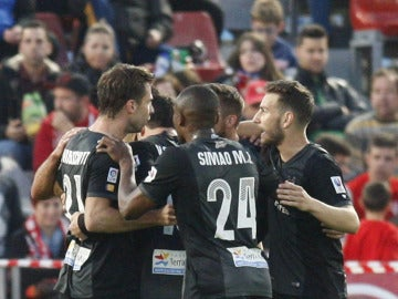 Los jugadores del Levante, durante un partido de pretemporada