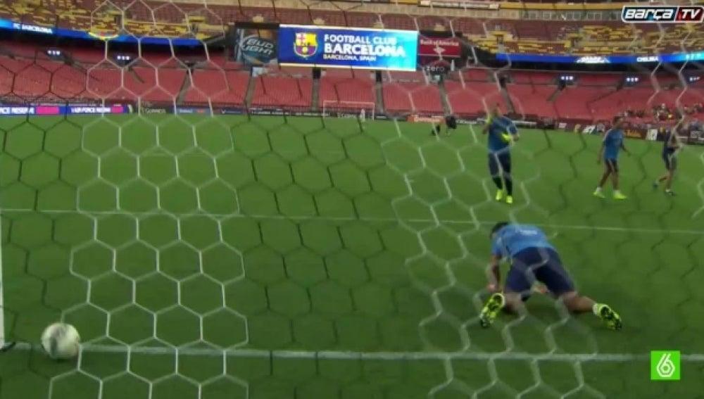 Ter Stegen y Luis Suárez se retan en una tanda de penaltis