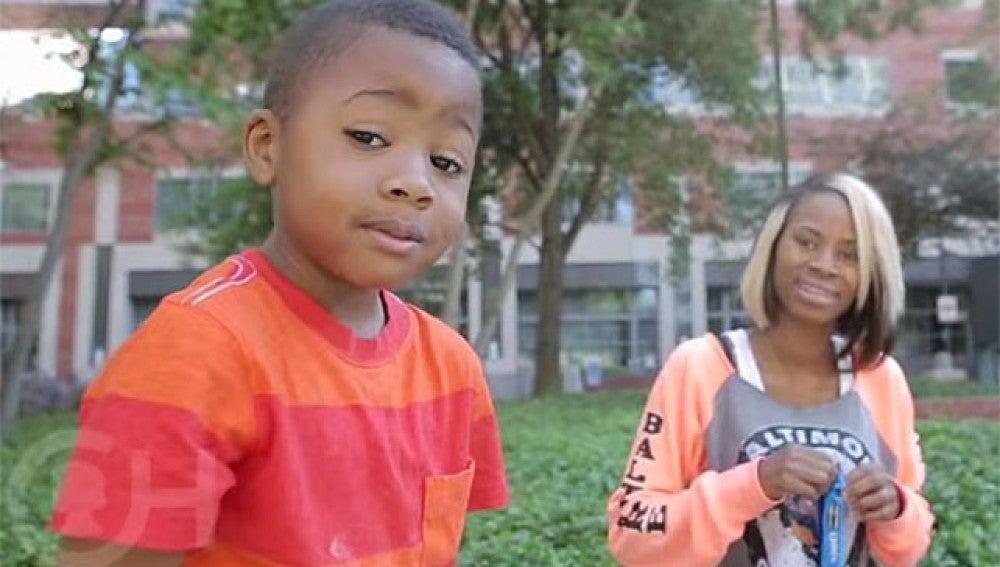 Zion Harvey, junto a su madre Pattie