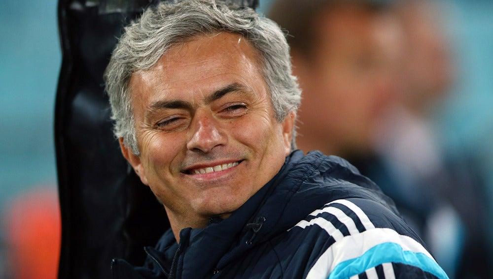 Mourinho sonríe antes de un partido con el Chelsea