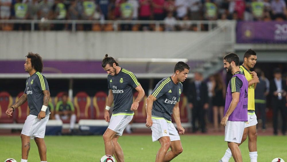 Jugadores del Madrid entrenan antes de un partido de pretemporada
