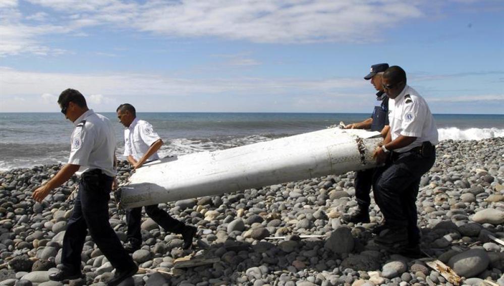 Varios policías llevan el resto de un avión no identificado en La Reunión