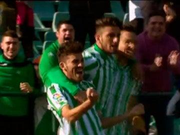Dani Ceballos celebra un gol con el Betis