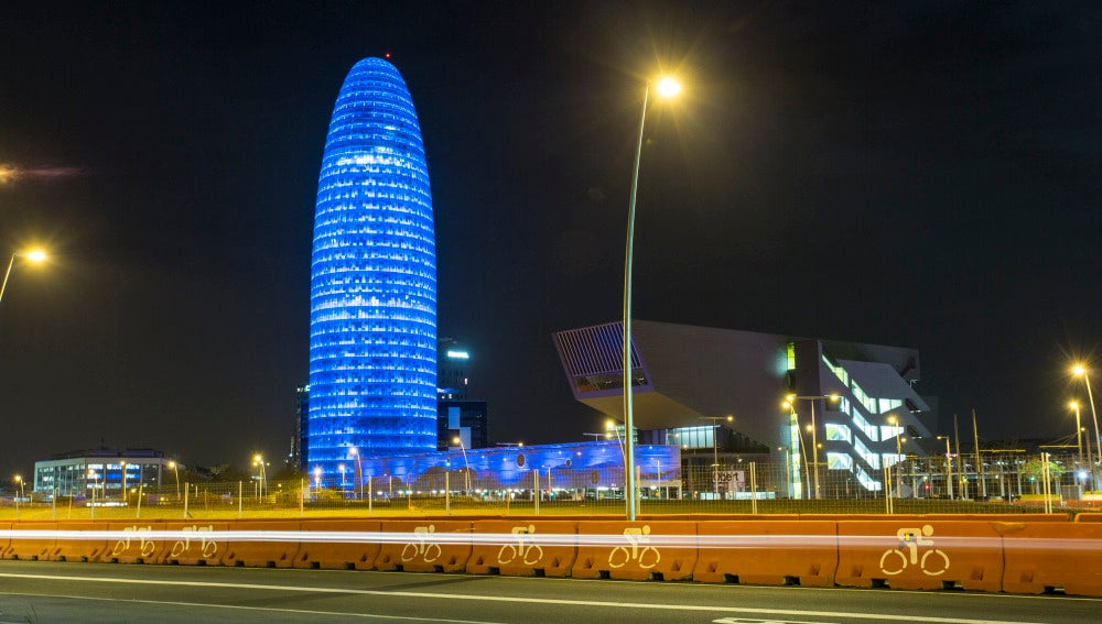 La Torre Agbar, iluminada en la noche de Barcelona