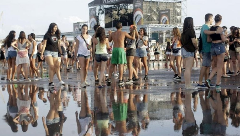 La zona de conciertos anegada por el agua