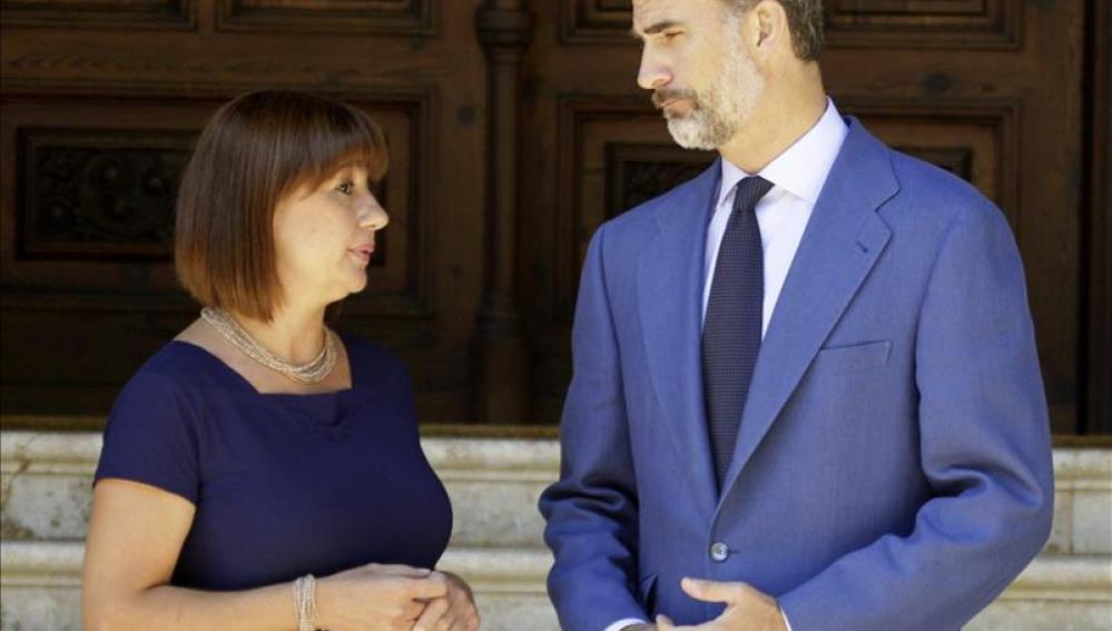 El Rey Felipe VI junto a la presidenta de las Islas Baleares