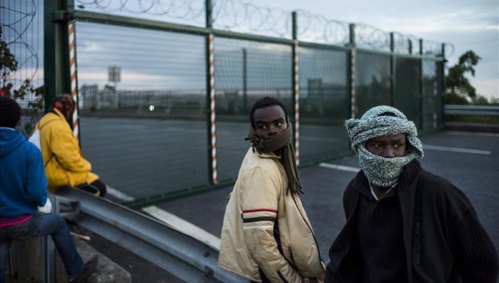 Miles de inmigrantes esperan en el campamento de Calais para saltar la valla