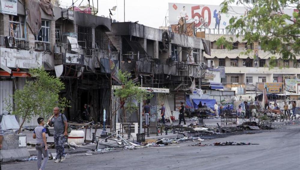 Iraquíes inspeccionan el lugar donde explosionó un coche bomba en Bagdad, Irak, la pasada semana.