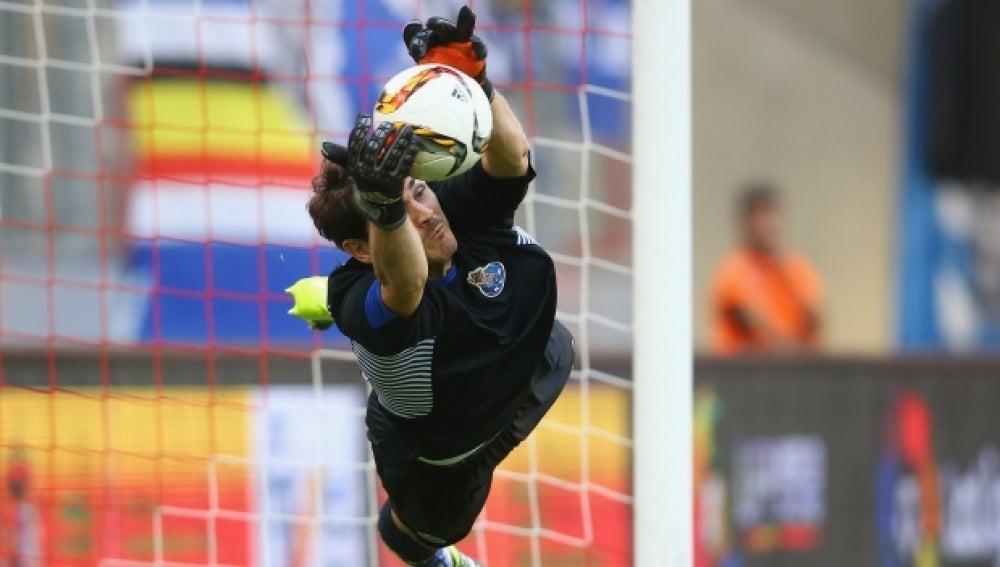 Iker Casillas detiene un penalti al Valencia