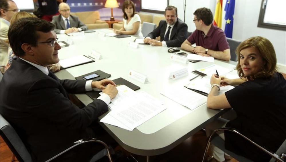 La vicepresidenta del Gobierno, Soraya Sáenz de Santamaría, durante la reunión que ha mantenido hoy con el ministro de Hacienda Cristóbal Montoro