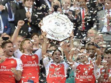 Mikel Arteta levanta el trofeo de campeón de la Community Shield