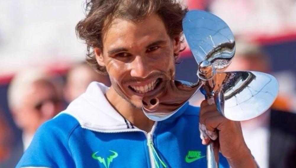 Rafa Nadal muerde el trofeo de campeón de Hamburgo