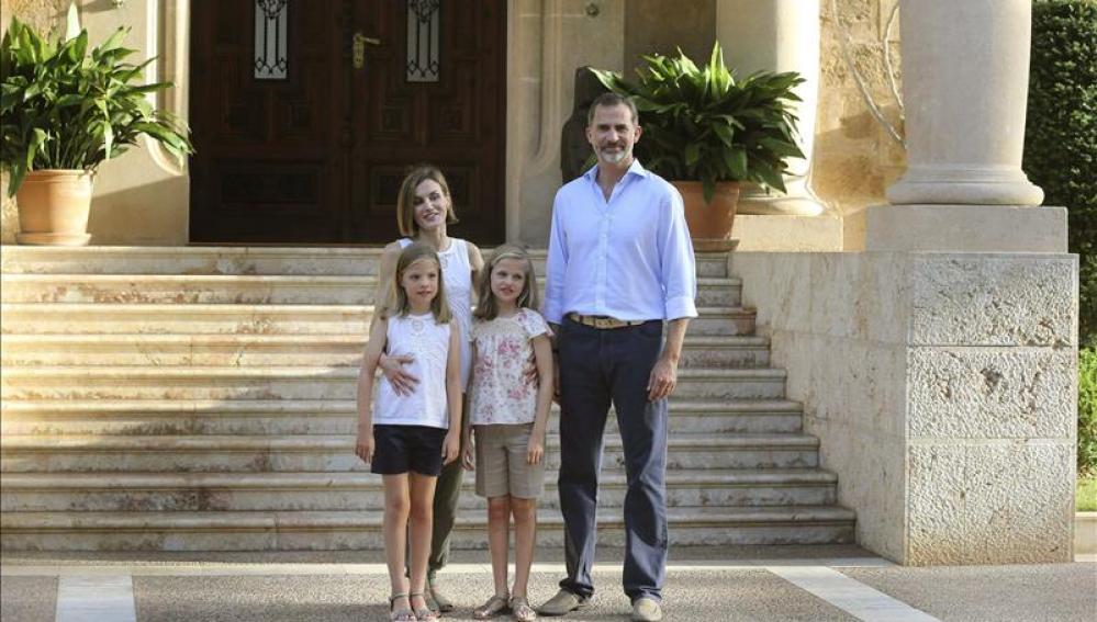 Los Reyes, la Princesa Leonor y la Infanta Sofía durante el primer posado oficial en el Palacio de Marivent