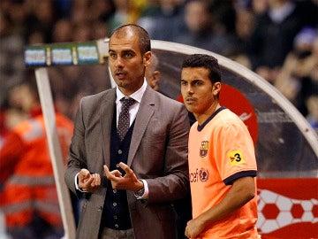 Guardiola da órdenes a Pedro en su etapa en el Barça