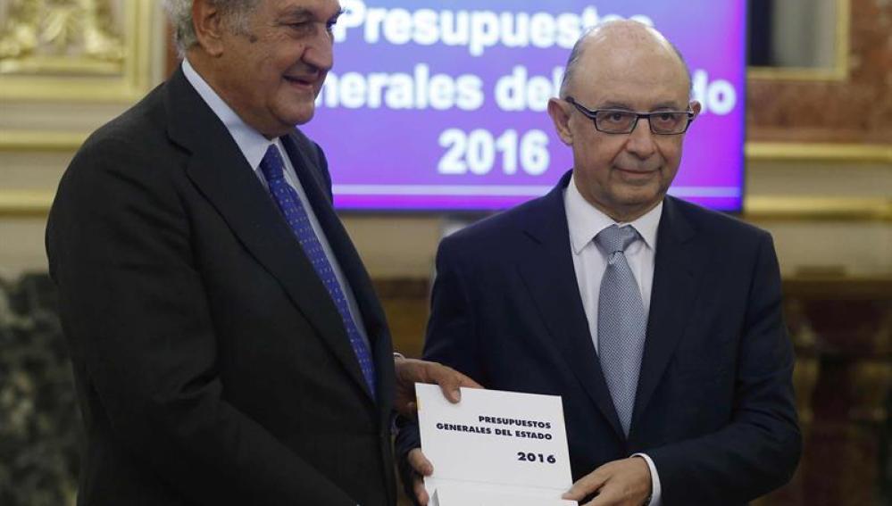 Cristóbal Montoro y el presidente de la Cámara Baja, Jesús Posada durante el acto de PGE 2016