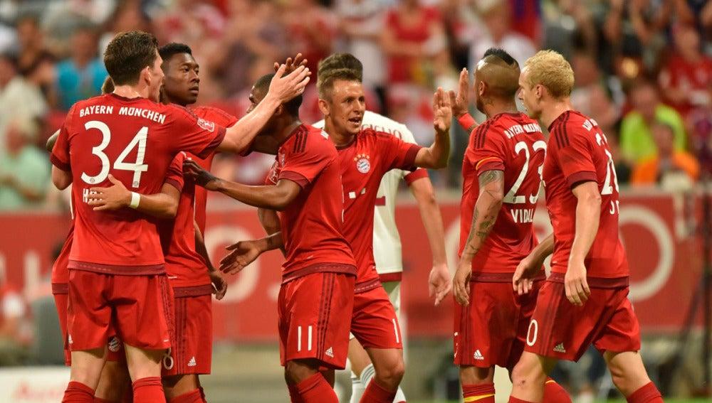 Los jugadores del Bayern celebran uno de los goles ante el Milan