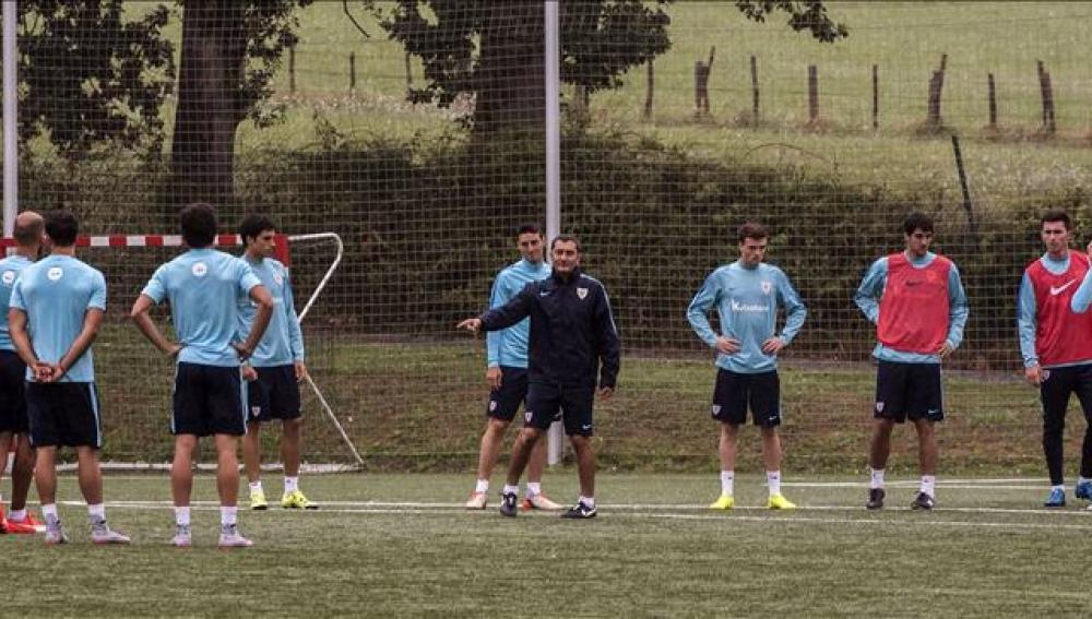 Valverde da órdenes a sus jugadores en el entrenamiento