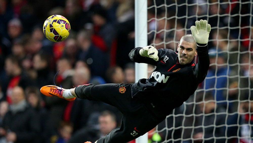 Víctor Valdés intenta llegar a un balón con el United