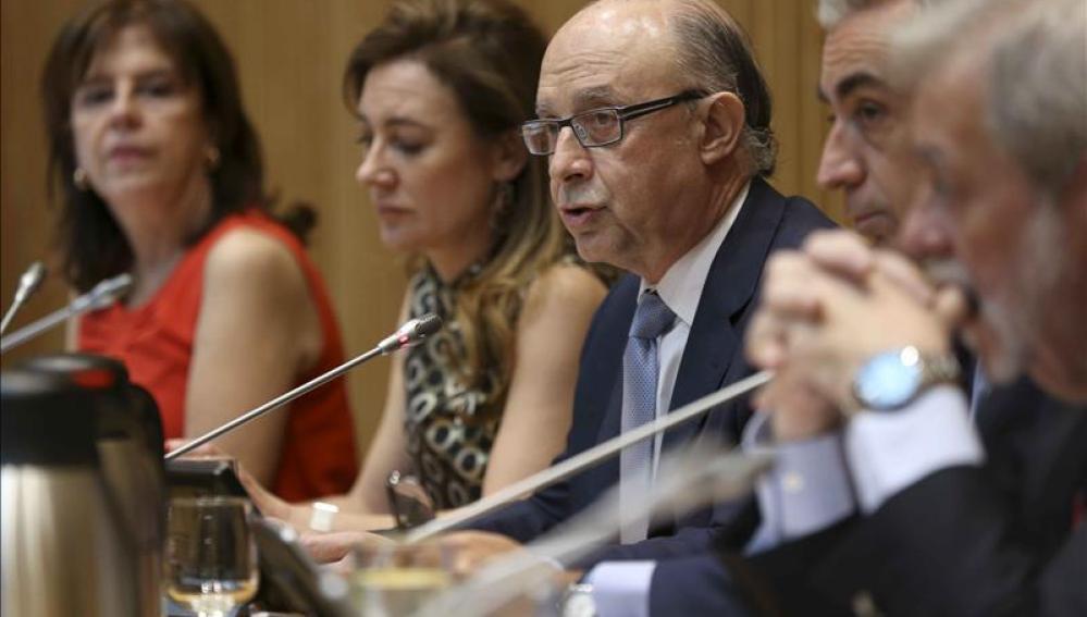 El ministro de Hacienda, Cristóbal Montoro, durante la rueda de prensa ofrecida tras la presentación de los presupuestos generales del Estado 2016