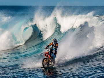Robbie Maddison surfea una ola