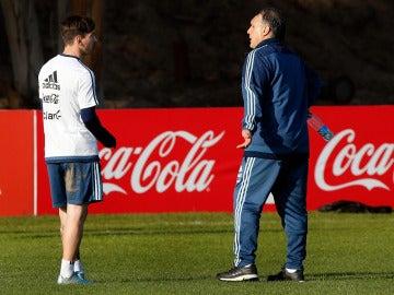 Tata Martino dialoga con Messi durante un entrenamiento