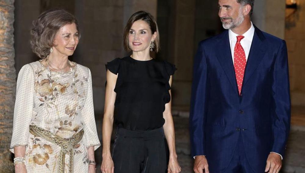 Los Reyes Felipe VI y Letizia, junto a la reina Sofía, al inicio de la recepción