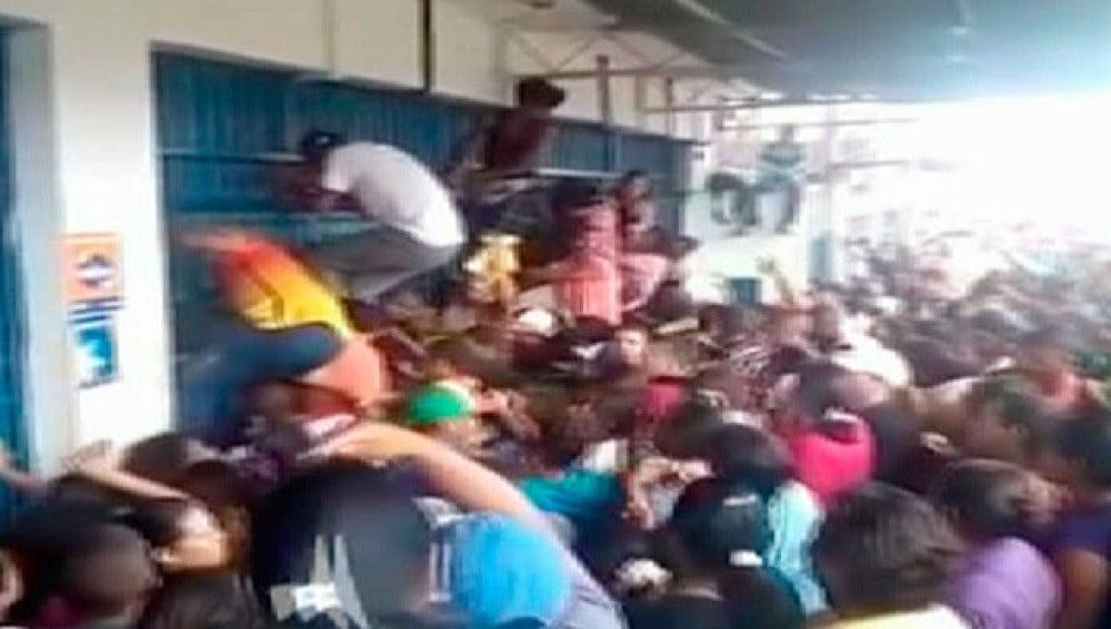 Saqueo a un supermercado en Venezuela