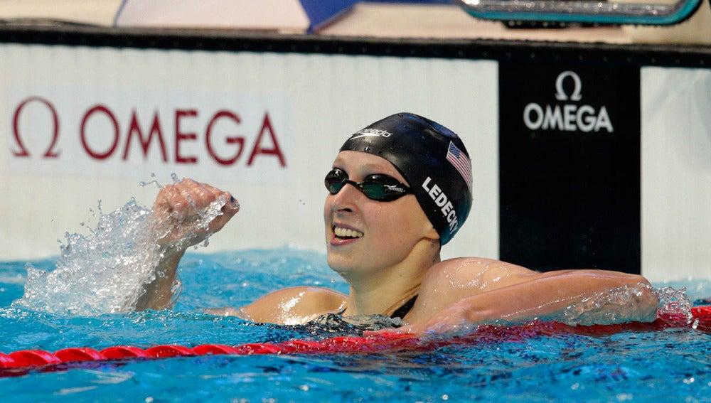Katie Ledecky celebra su victoria en el 200
