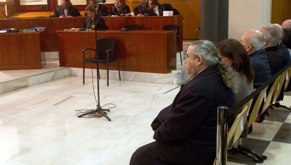 Fidel Pallerols (d), junto al resto de acusados en el caso Pallerols