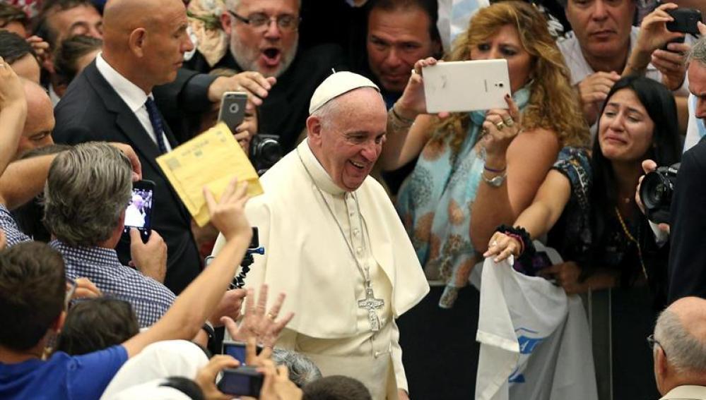 El Papa a su llegada a la Audiencia general en el Vaticano