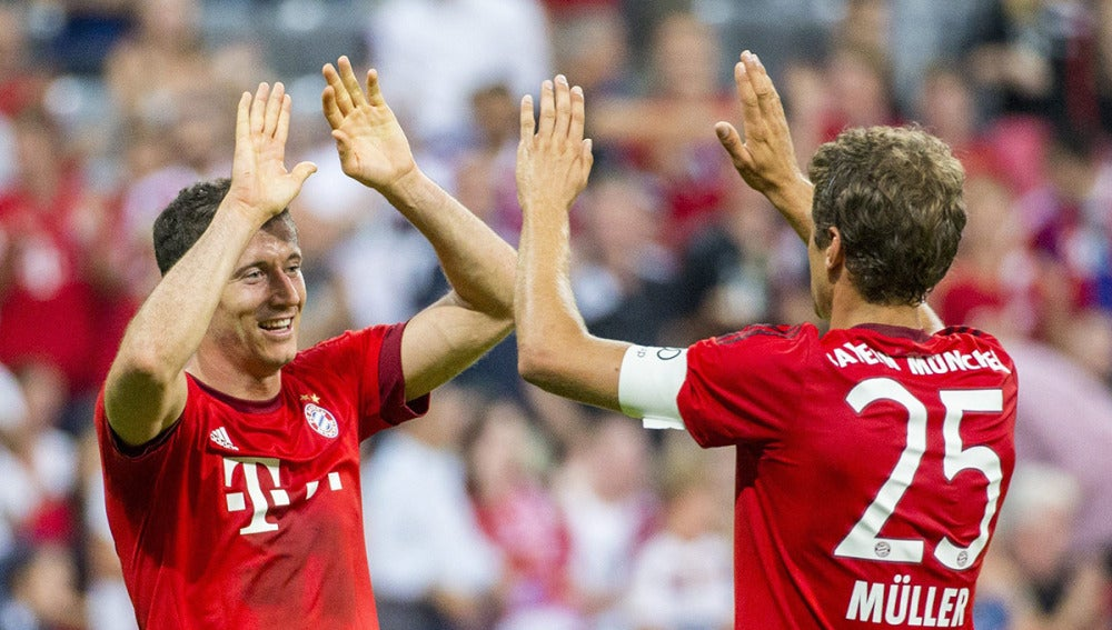 Lewandowski y Muller celebran un gol