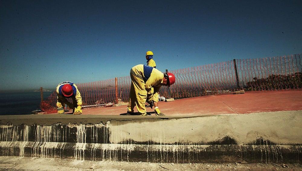 Operarios trabajan en las obras de los Juegos Olímpicos de 2016