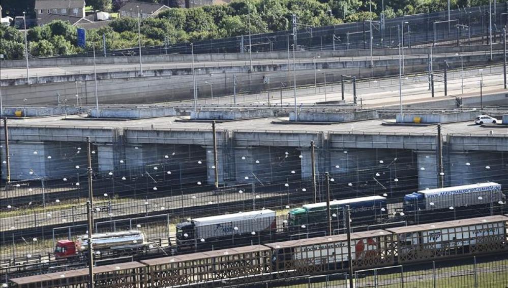 Vista de un conjunto de camiones aparcados en la terminal del Eurostar en Folkstone