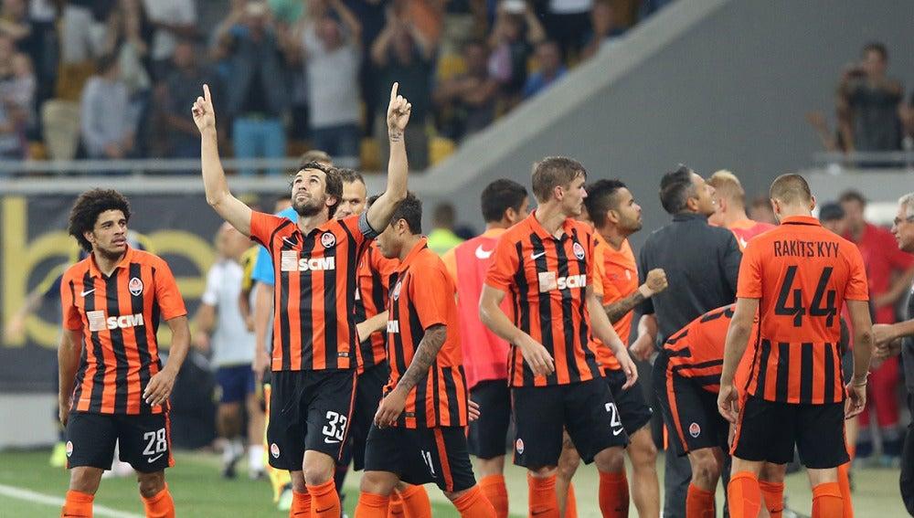 Jugadores del Shakthar celebran un gol contra el Fenerbahce