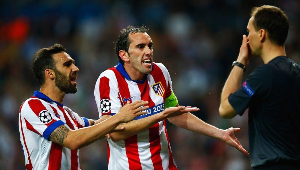 Godín protesta en un partido con el Atlético
