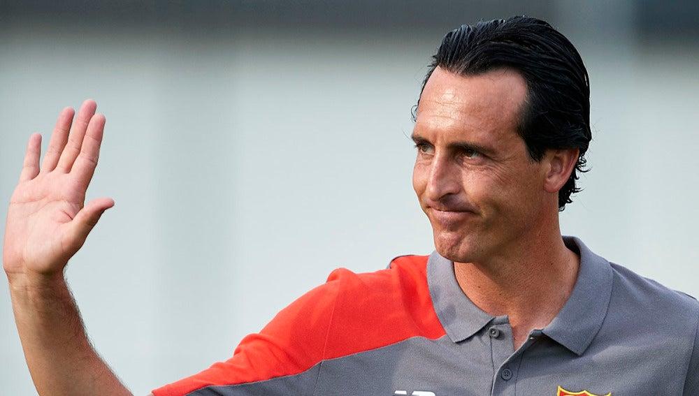 Emery saluda a los aficionados en un partido con el Sevilla