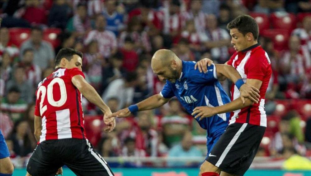 Aduriz y Elustondo intentan robar un balón ante el Inter de Bakú