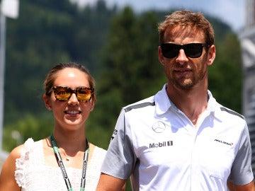 Jessica Michibata y Jenson Button