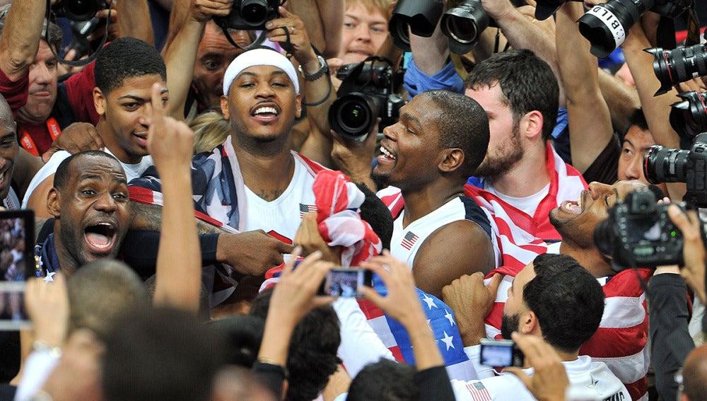 Los jugadores de la selección de EEUU celebran el oro de Londres
