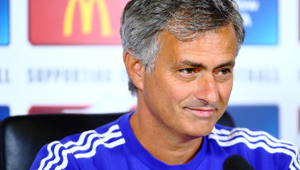 Mourinho sonríe en rueda de prensa