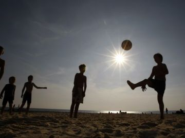 Niños jugando en la playa