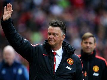 Van Gaal saluda a la afición del United