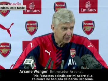 Wenger en rueda de prensa