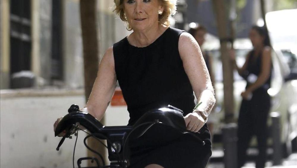 Aguirre ha ido en bici a la rueda de prensa.